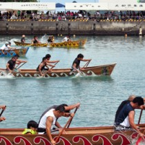 男女合わせて83チームが出場したひらとみ祭りの舟こぎ競争=30日、大和村