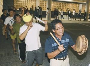 今年4月に完成した共同納骨堂を前に八月踊りで先祖の霊を送る地域住民たち=28日、宇検村湯湾
