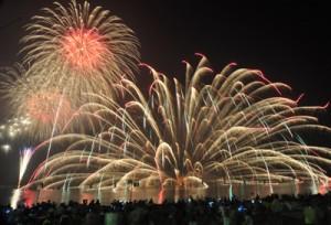 約3千発の花火が打ち上げられた宇検村やけうちどんと祭=2日、湯湾港