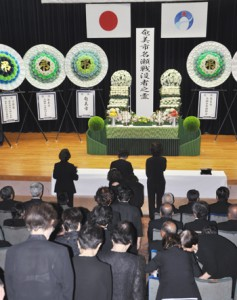 恒久平和への願いを込めて焼香する参列者ら=15日、奄美市名瀬公民館