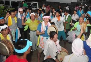 夜を徹して歌い踊った住民ら=23日午前0時半ごろ、徳之島町井之川