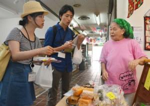 末広市場で聞き取り調査を行う早稲田大の学生=4日、奄美市名瀬
