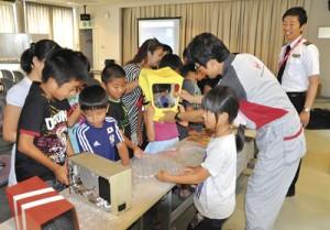 JACの乗務員らによる子ども航空教室=26日、天城町
