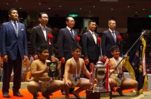 団体優勝した奄美大島チーム(前列左から)市来崎、新島、濱口=2日、東京・両国国技館(提供写真)