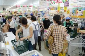 大勢の買い物客でにぎわうスーパー=23日、奄美市