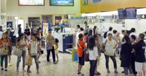 欠航が相次ぎ、予定を変更する人々で混み合った奄美空港=24日、奄美市笠利町