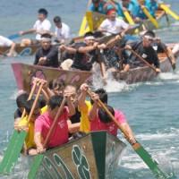 白熱したレースを繰り広げた奄美まつりの舟こぎ競争=1日、奄美市名瀬の佐大熊地区