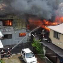 火の回りが早く、次々と隣家に延焼する火災現場=10日午前10時20分ごろ、奄美市名瀬井根町