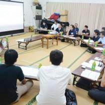 龍郷町内の若手が集い、20年後を見据えた町の課題などについて意見を交わした若者会議=14日、同町浦