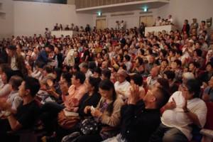 大勢の入場者で満席となった会場=30日、東京・目黒区民センターホール