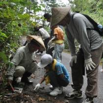 地域住民ら約100人が参加して行った哺乳類調査=9日、徳之島町
