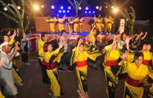 老若男女が踊りの輪を広げたちゅっきゃい節夏祭り=19日、徳之島町母間
