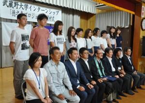 「徳之島プロジェクト」で来島した武蔵野大学の学生ら=7日、徳之島町
