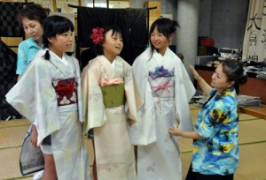 着付け体験などで大島紬の魅力に触れた別府青年会議所のレインボースクール=22日、龍郷町「夢おりの里」