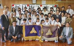 旧校旗をねぎらい、新校旗を迎えた阿室小中学校の児童生徒、教員たち=17日、宇検村