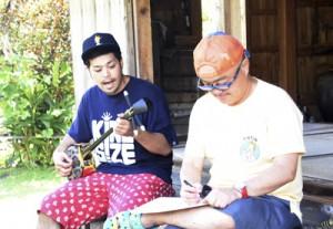 島唄を収録する(左から)里さんと前田准教授=17日、瀬戸内町清水