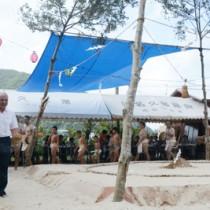 約50年ぶりに再現された昔ながらの土俵で開かれた津名久集落の豊年祭・敬老会=27日、大和村