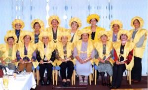 そろいの祝衣で互いの米寿を祝った辰巳会会員ら=13日、奄美市