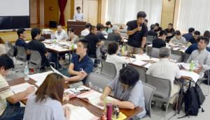 災害発生時について、福祉施設での対応法をグループで議論した=4日、奄美市名瀬