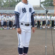 選手宣誓する樟南の前川大成主将=21日、県立鴨池球場