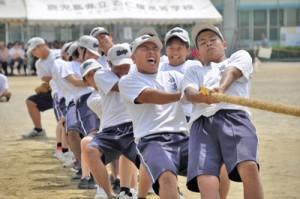 声を掛け合いながら学年対抗で競った綱引き=5日、古仁屋高校グラウンド