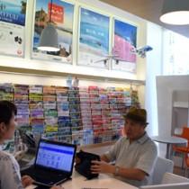 奄美大島発の航空券などが好調な売れ行きを見せる旅行会社=14日、奄美市名瀬