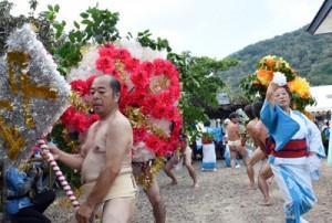 華やかな花飾りで観客を楽しませたテンテン踊り=20日、瀬戸内町西阿室
