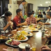 ホームステイ先で地域住民との交流会も行った岡山理科大の学生ら=4日、瀬戸内町