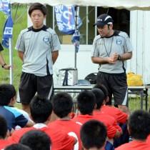 高校生に「見る」ことの大切さを指導した(左から)宮内さん、安慶名さん=26日、奄美市名瀬古見方多目的広場