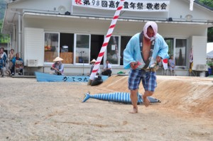サワラと漁師の駆け引きをユニークに演じて来場者の笑いを誘った嘉鉄名物「ソーラ釣り」=26日、瀬戸内町嘉鉄