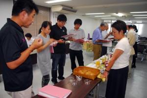 地場産食材などを使った商品を対象にした「あまみ島一番コンテスト」の審査会=1日、奄美市名瀬