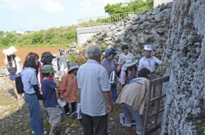 屋者琉球式墳墓を見学する参加者=5日、知名町