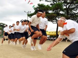 中学生が下級生や地域住民の掛け声に合わせて回数を競った大縄跳び=13日、阿木名小中学校