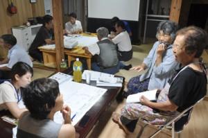 プロジェクト報告会で意見交換する学生と地域住民ら=25日、伊仙町検福