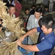 力を合わせてわらを編み上げた伝統の綱かき=22日、伊仙町