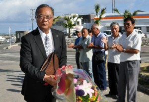 職員、町民の歓迎を受け、初登庁する山元宗新町長=25日、与論町役場