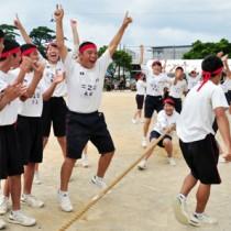 クラスの勝利に大喜びの生徒たち=13日、古仁屋中学校