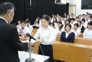 支援決定通知書を受け取る学生=4日、奄美看護福祉専門学校