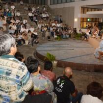 観客らが涼しい夜風を感じながら島唄を堪能した「奄美十五夜唄あしび」=5日、奄美市名瀬