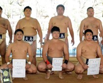 個人、団体と活躍した選手たち=20日、吹上浜公園相撲場