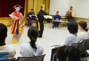 沖縄県立芸術大の学生たちが琉球芸能を披露した公演=4日、奄美市名瀬