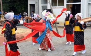 演目「稲すり」で脱穀の様子を演じる女性=27日、瀬戸内町油井