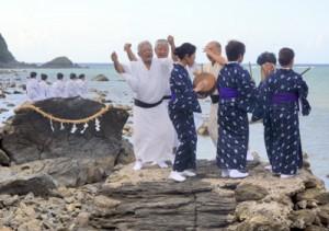 海のかなたから稲魂を招いた「平瀬マンカイ」=17日午後4時15分ごろ、龍郷町秋名