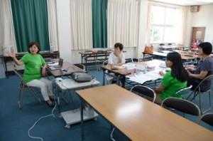 トレーナーの役割について講義する恵理事長(左)=19日、奄美市