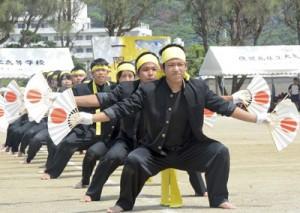 3年生応援団が息の合った演舞を披露=5日、大島北高校グラウンド