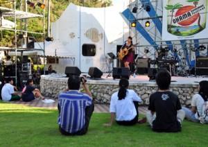 開放的な野外ステージで歌声を披露した高校生=12日、大浜海浜公園