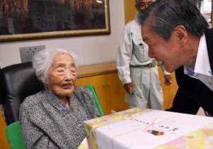 記念品を受け取る田島さん(左)=15日、喜界町赤連の喜界園