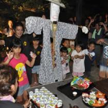 イッサンボーを掲げて家々を回り豊作を祈願したイッサンサン=19日、伊仙町木之香