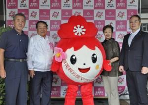 奄美観光桜マラソンをPRする商工会議所のメンバーら=30日、奄美市名瀬の県大島支庁