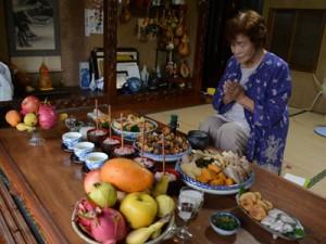 昔ながらの料理を供えてコウソガナシを祭る「ツカリ」=16日、龍郷町秋名